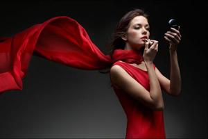Женщина и красный цвет